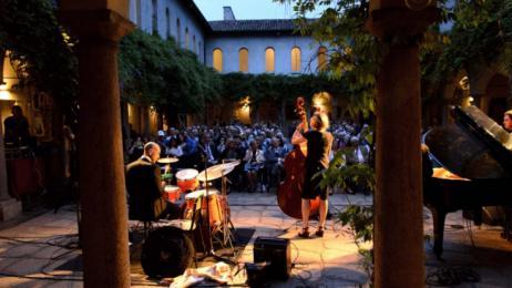 Aperitivi in musica nel chiostro: i concerti in programma ...